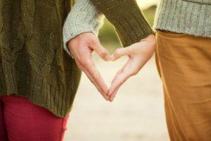 amor entre duas pessoas na igreja